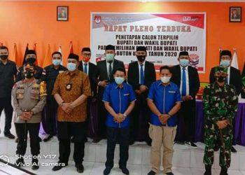 Pose bersama Muhammad Ridwan Zakariah-Ahali (baju biru) usai Rapat Pleno penetapan calon terpilih Bupati dan Wakil Bupati pada Pilkada Buton Utara, Jumat (23/1/2021). (Istimewa)